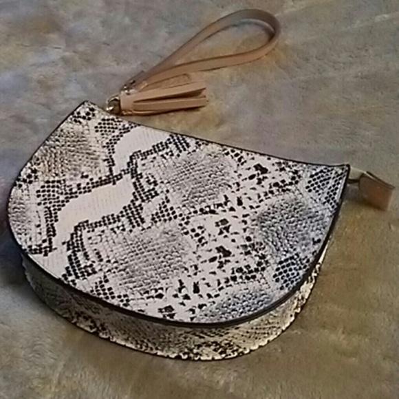 Old Navy Handbags - 🌟 Old Navy Wristlet